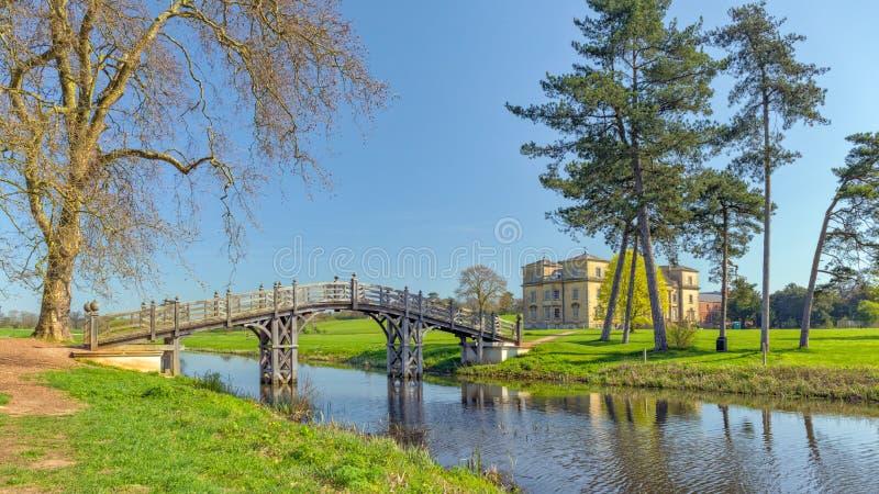 A ponte chinesa do ` do ` que cruza o rio de Croome, parque de Croome, Worcestershire fotografia de stock
