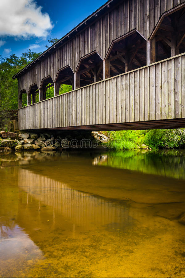 A ponte coberta acima das quedas altas, na floresta do estado de Du Pont, nem imagens de stock