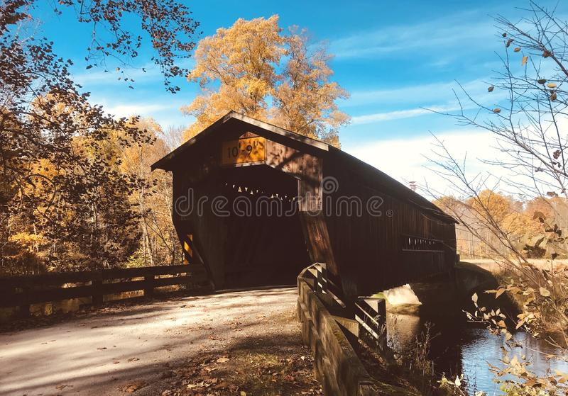 A ponte coberta de Benetka em Ashtabula County - OHIO - EUA foto de stock