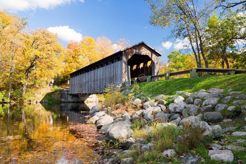 Ponte coberta de Fallasburg, Lowell Michigan, EUA fotos de stock