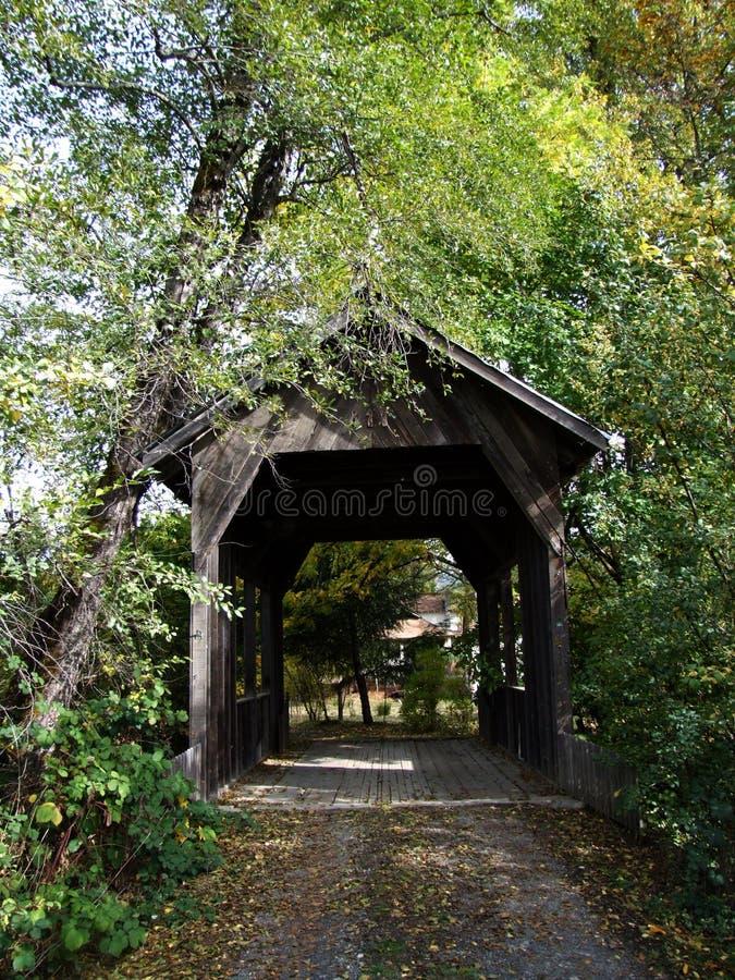 Ponte coberta de madeira em Wolf Creek, Oregon foto de stock
