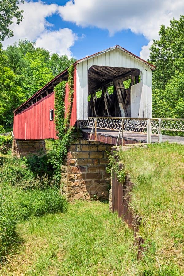 Ponte coberta dos montes imagem de stock