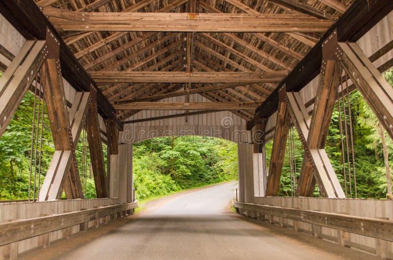 Ponte coberta em Cedar Creek Grist Mill imagem de stock