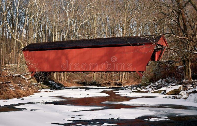 Ponte coberta em um dia nevado foto de stock
