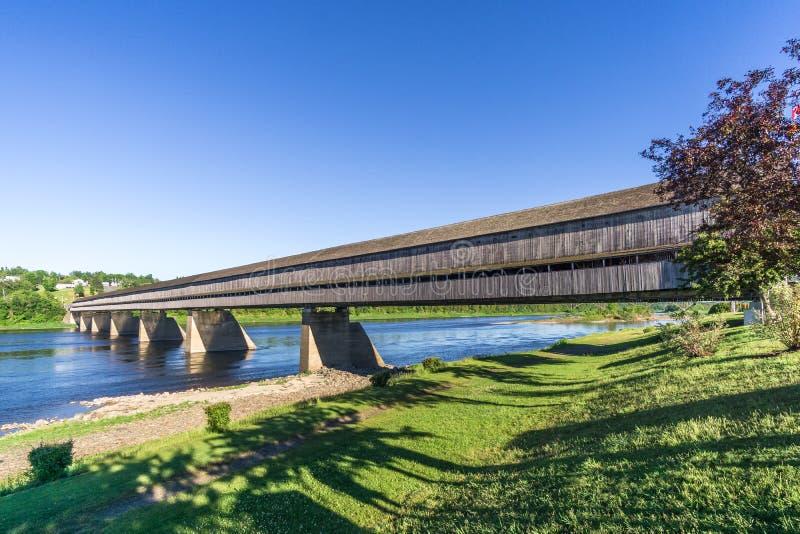 A ponte coberta a mais longa no mundo está sobre o rio de St John em Hartland - Canadá imagens de stock
