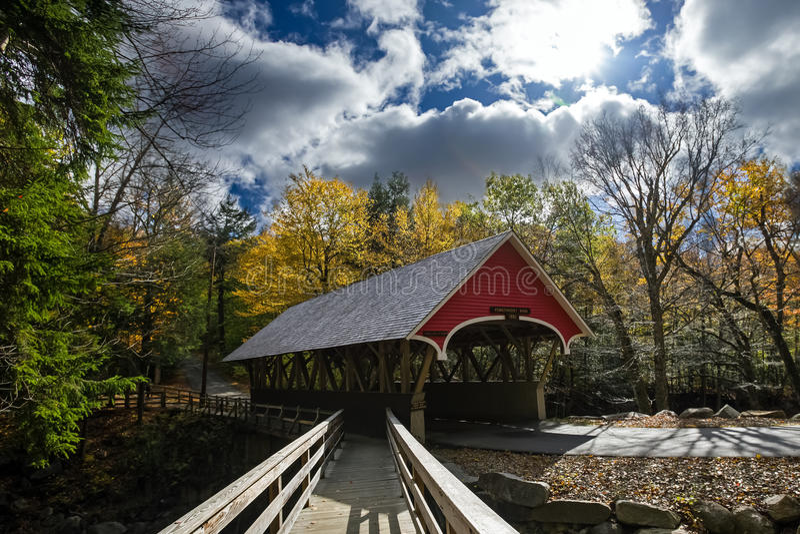 Ponte coberta no parque estadual do entalhe do franconia imagem de stock