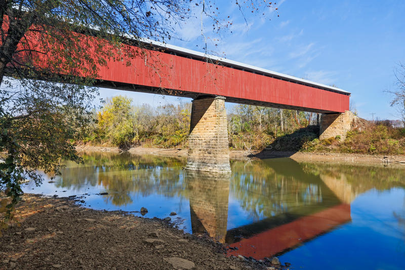Ponte coberta vermelha longa imagem de stock