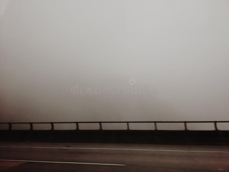 Ponte com névoa no dia nebuloso foto de stock
