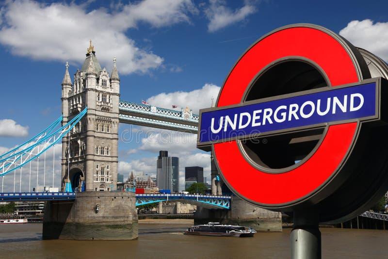 Ponte com símbolo subterrâneo, Londres da torre fotografia de stock royalty free