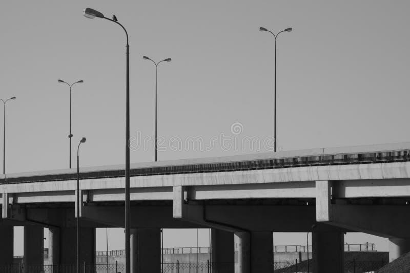 Ponte con i pali della luce in bianco e nero fotografie stock