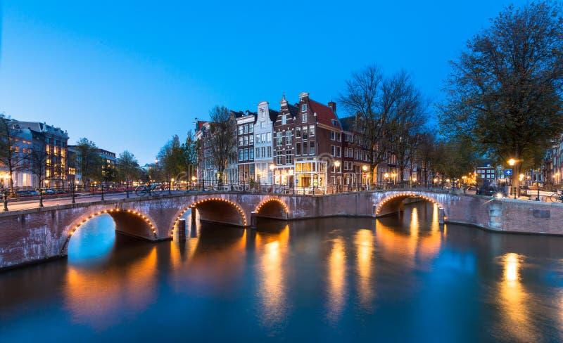 Ponte con luci sul canale di Keizersgracht fotografie stock