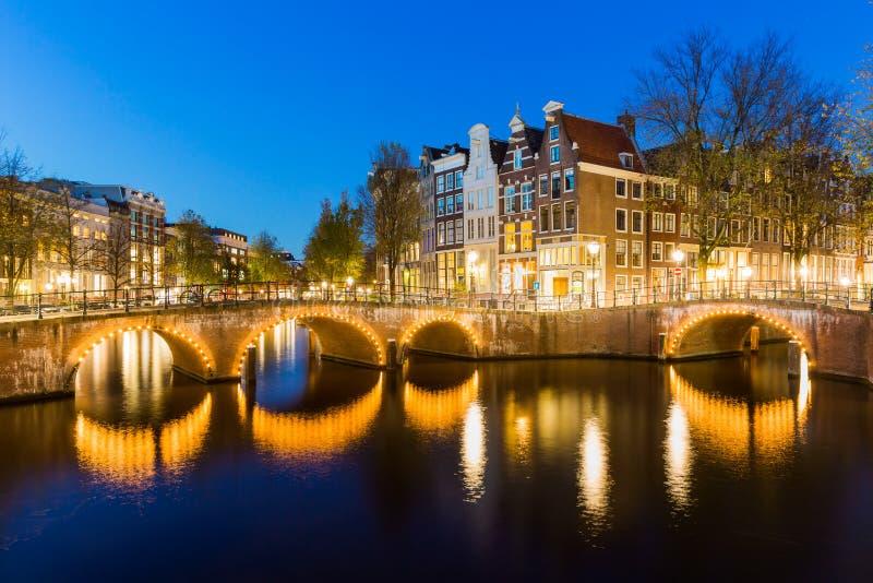 Ponte con luci sul canale di Keizersgracht immagini stock