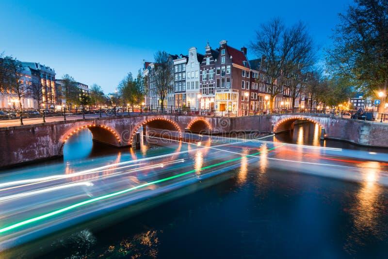 Ponte con luci sul canale di Keizersgracht fotografie stock libere da diritti
