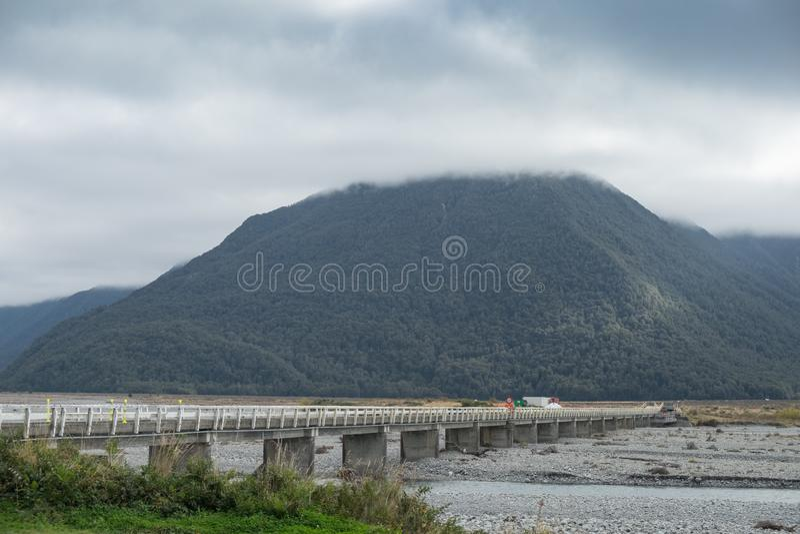 Ponte concreta através do rio seco fotos de stock