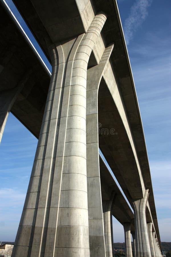 Ponte concreta elevada e longa através do vale imagens de stock