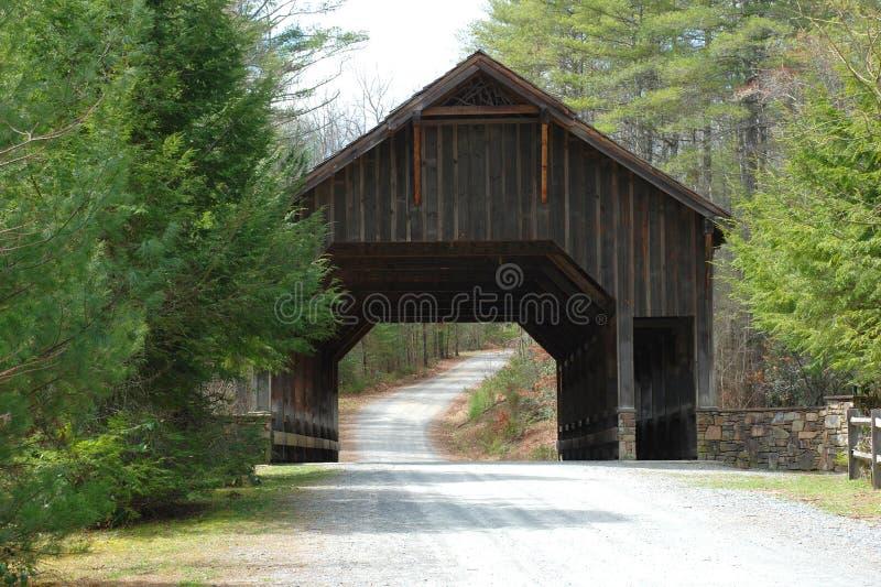 Ponte coperto di legno nella foresta di Du Pont fotografia stock libera da diritti