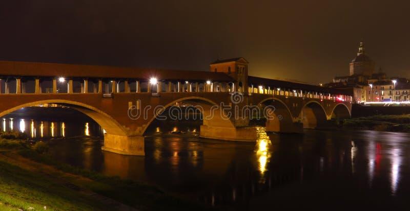 Ponte Coperto i Pavia med nightlight italy royaltyfri bild