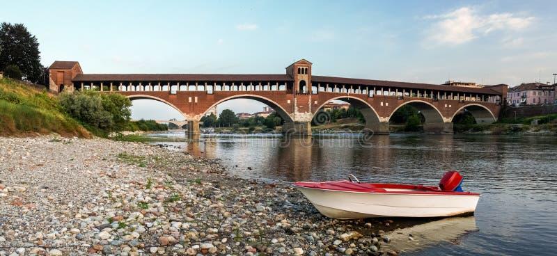 Ponte Coperto widzieć od brzeg rzeczny Ticino Pavia jak zdjęcia royalty free