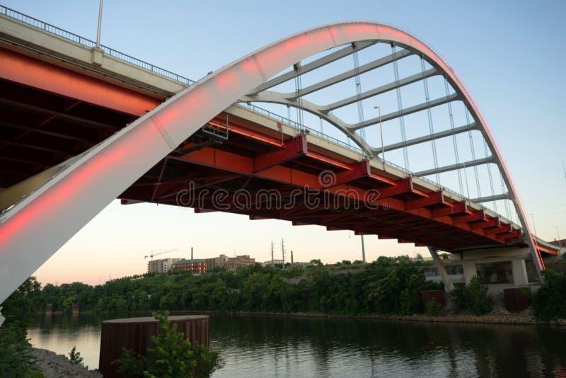 Ponte coreana Cumberland River Nashville Tennessee da avenida dos veteranos imagem de stock royalty free