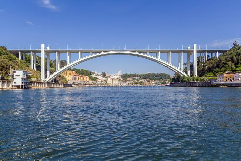 Ponte da Arrabida桥梁在波尔图或波尔图市 图库摄影