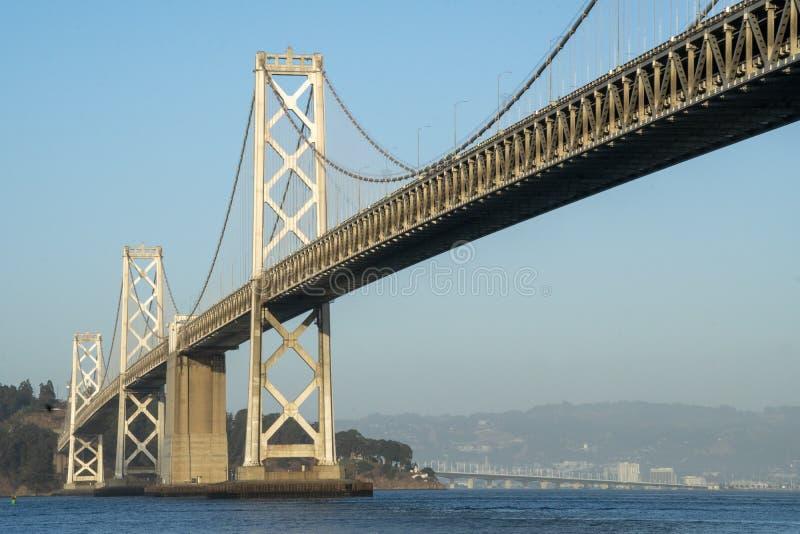 Ponte da Baía de São Francisco na Hora de Ouro com o Céu Azul foto de stock