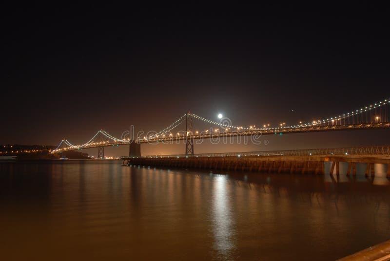 Ponte da baía na noite imagem de stock royalty free