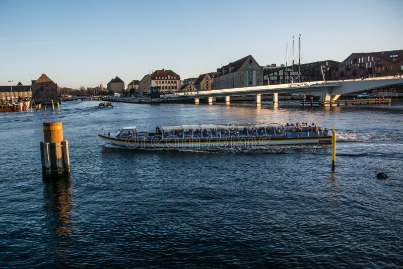 Ponte da bicicleta De Christianshavn a Nyhavn copenhaga dinamarca imagens de stock royalty free