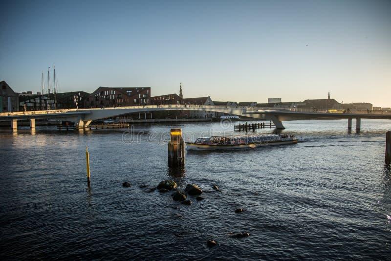 Ponte da bicicleta De Christianshavn a Nyhavn copenhaga dinamarca foto de stock