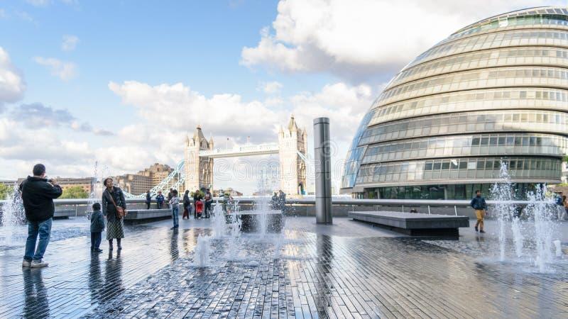 Ponte da câmara municipal e da torre da cidade de Londres fotos de stock royalty free