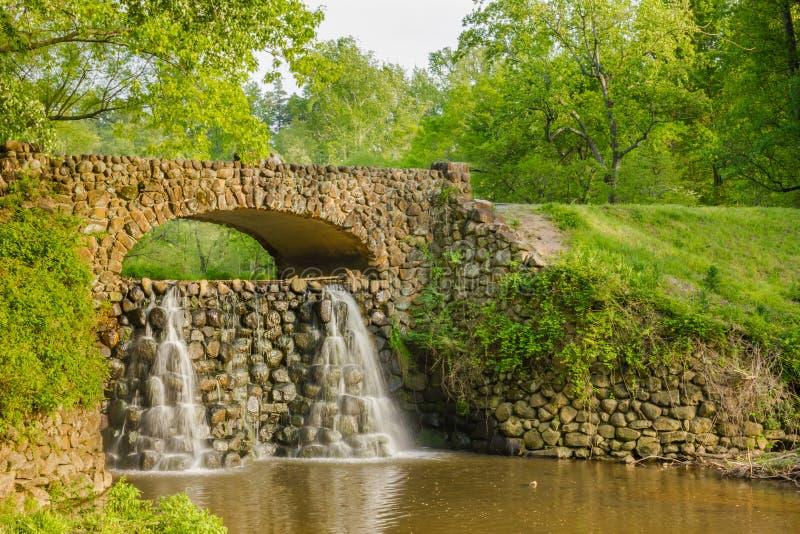 Ponte da cachoeira em jardins de Reynolda fotos de stock royalty free