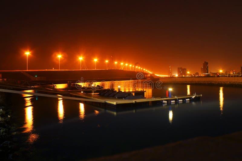 Ponte da calçada de Sheikh Khalifa Bin Salman na noite imagem de stock