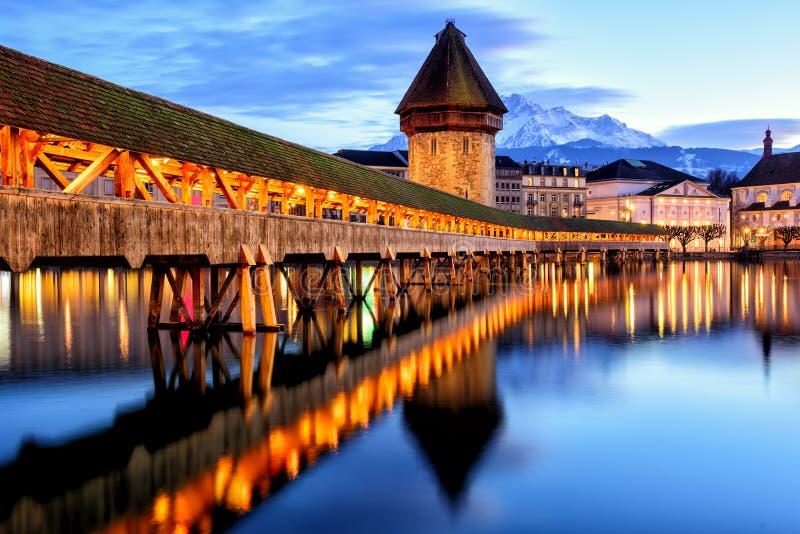 Ponte da capela na cidade velha da lucerna, Suíça, imagens de stock