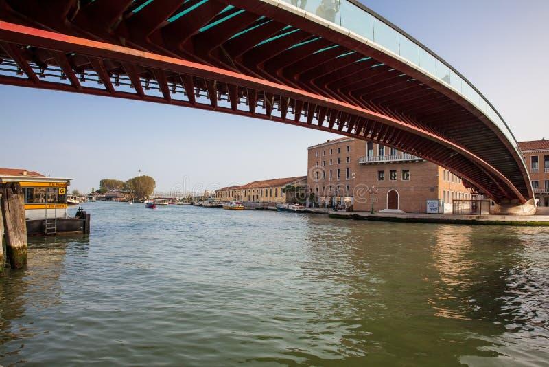 Ponte da constituição sobre Grand Canal em Veneza em um dia de mola adiantado bonito foto de stock royalty free