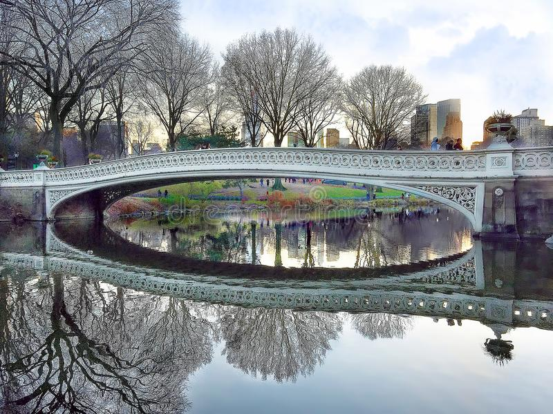 Ponte da curva em Central Park fotos de stock royalty free
