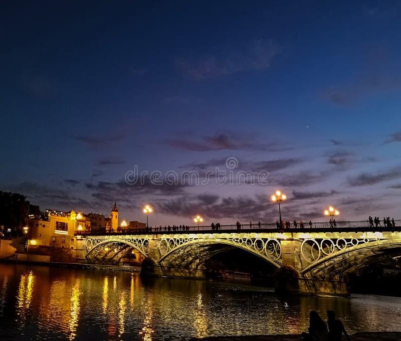 Ponte da ponte de Triana de Isabel II sobre o rio Guadalquivir, Sevilha, Andalucia, Espanha foto de stock