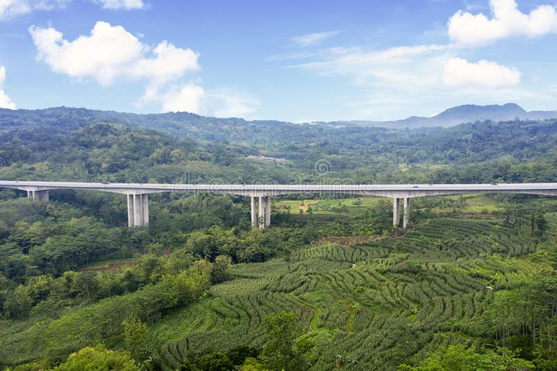 Ponte da estrada com portagem de Salatiga sob o céu azul foto de stock