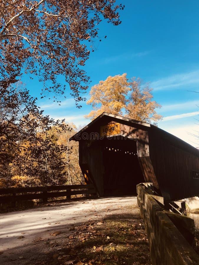 A ponte da estrada de Benetka é uma ponte coberta que mede o rio de Ashtabula em Ashtabula County, Ohio, Estados Unidos imagem de stock