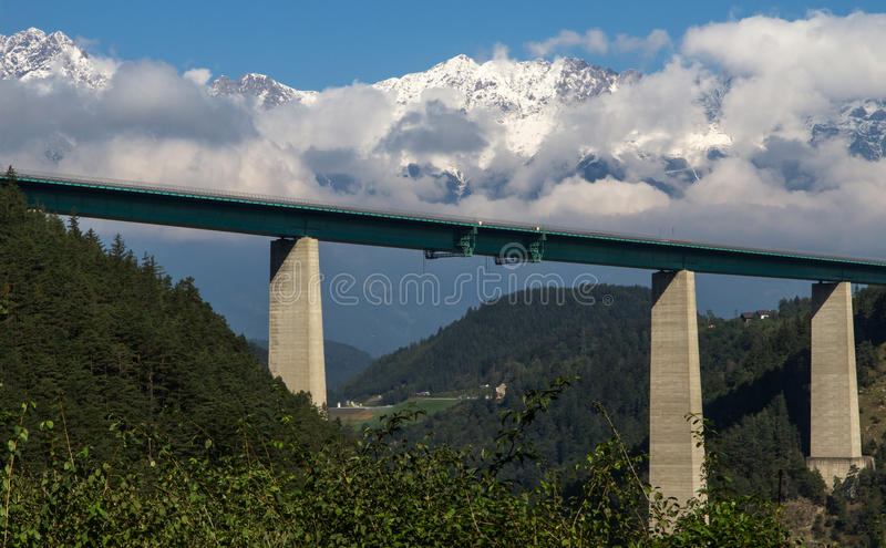 Ponte da estrada de encontro aos alpes austríacos imagem de stock