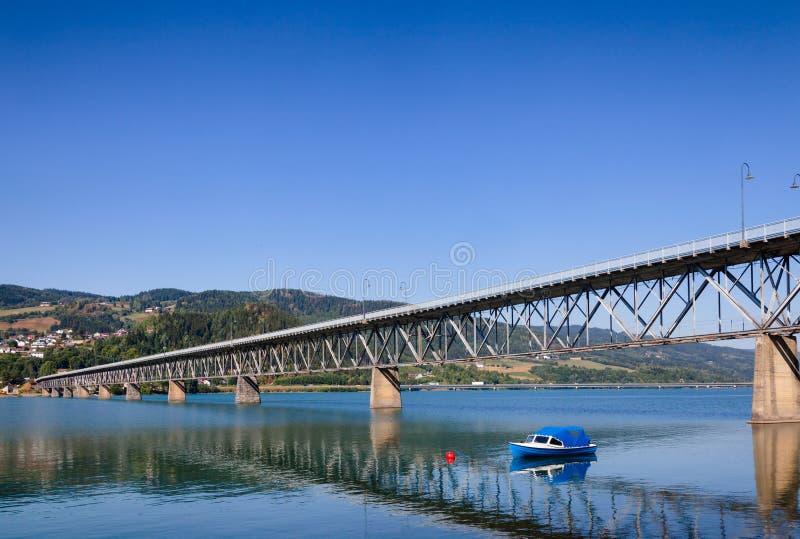 Ponte da estrada de Vingnesbrua sobre o lago Mjosa em Lillehammer Oppla imagem de stock royalty free