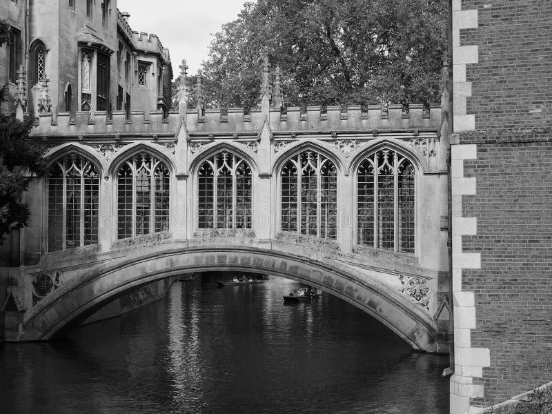 Ponte da faculdade de St John dos suspiros em Cambridge em preto e branco foto de stock