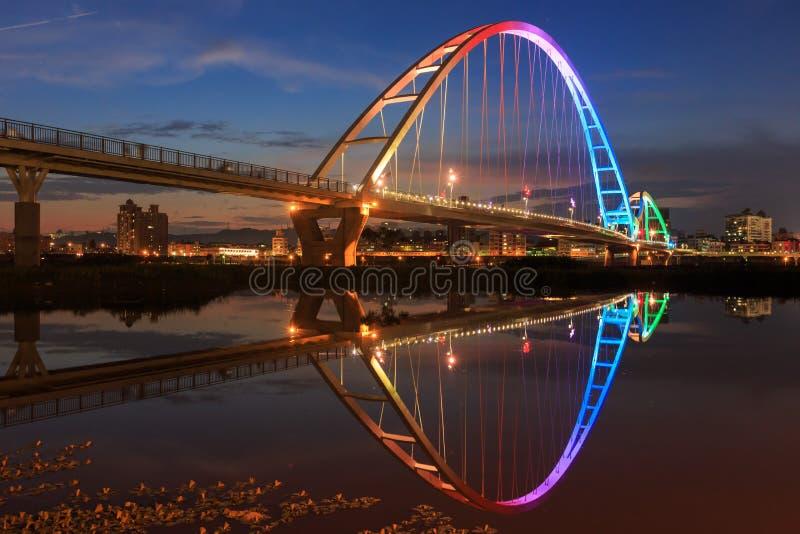 A ponte da forma da lua na cidade nova de Taipei, Taiwan foto de stock royalty free