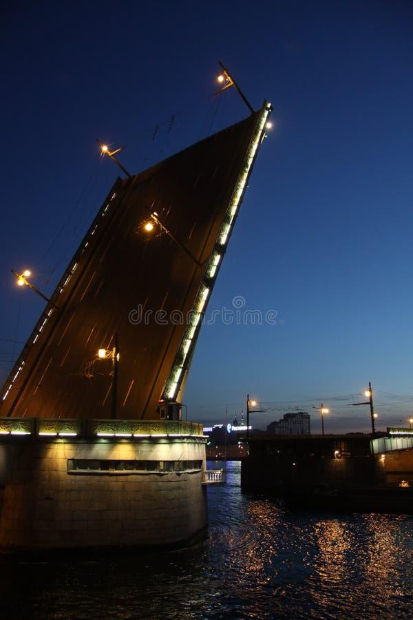 A ponte da fundição é uma ponte de bascule através do rio de Neva em St Petersburg divorciado na noite para a passagem dos navios imagens de stock