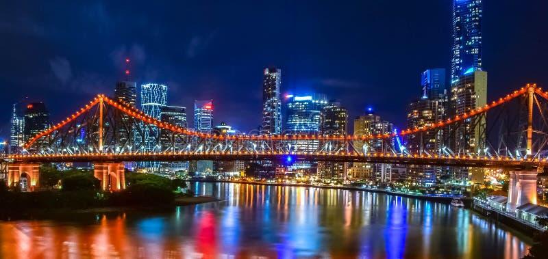 A ponte da história e a Brisbane CBD tomadas da vigia de Wilson imagem de stock