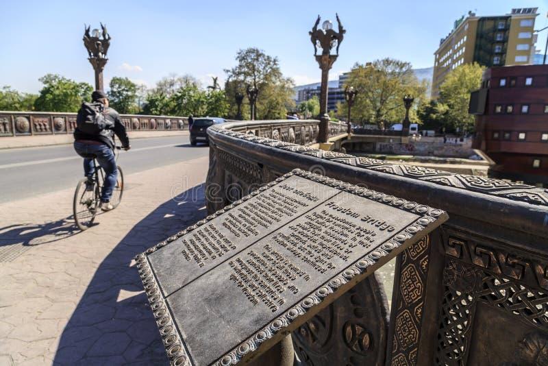 Ponte da liberdade, trilhos de bronze, lanternas foto de stock royalty free