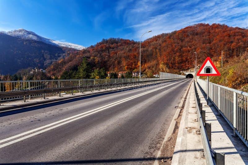 Ponte da montanha no inverno com neve e o céu azul fotografia de stock