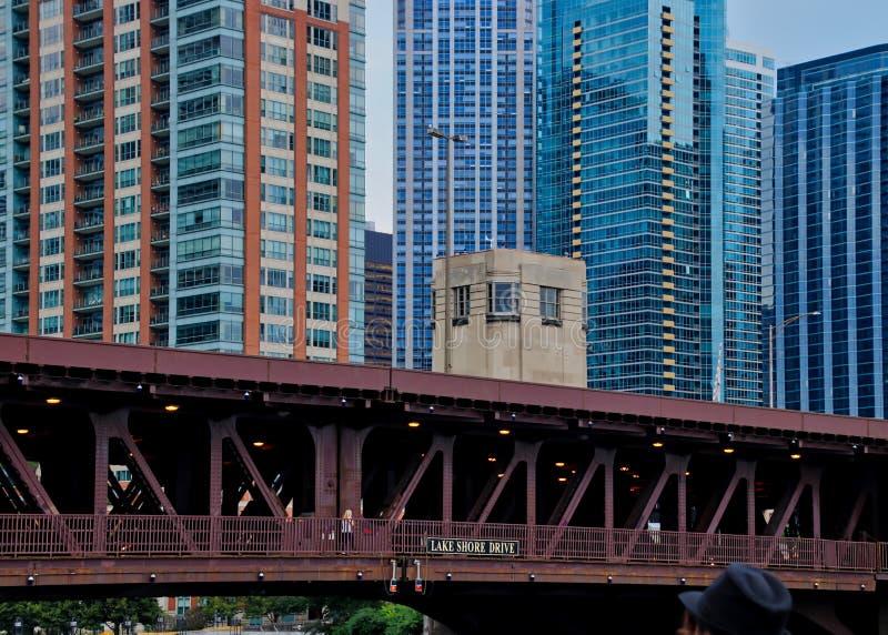 Ponte da movimentação da costa do lago em Chicago, vista do barco da excursão, com o chapéu do fedora do ` s do turista no tiro imagens de stock royalty free