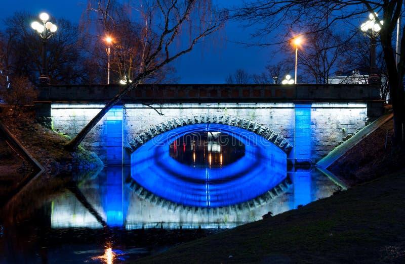 Ponte da noite no parque de Riga imagens de stock royalty free