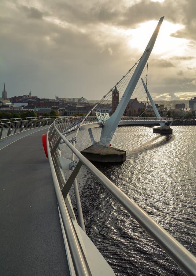 Ponte da paz em Derry Londonderry, Irlanda do Norte imagens de stock