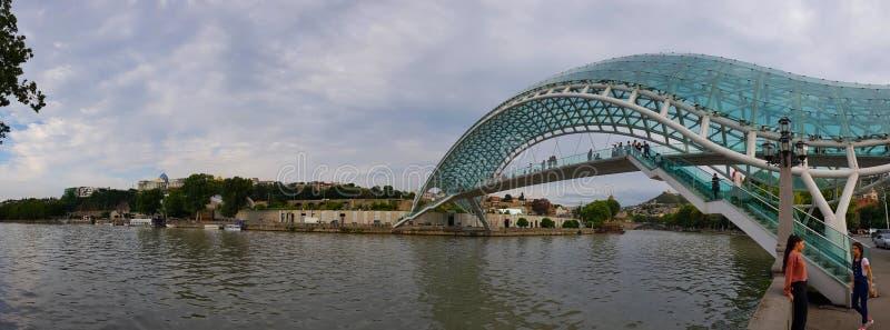 A ponte da paz no centro histórico da cidade de Tbilisi em Geórgia imagens de stock