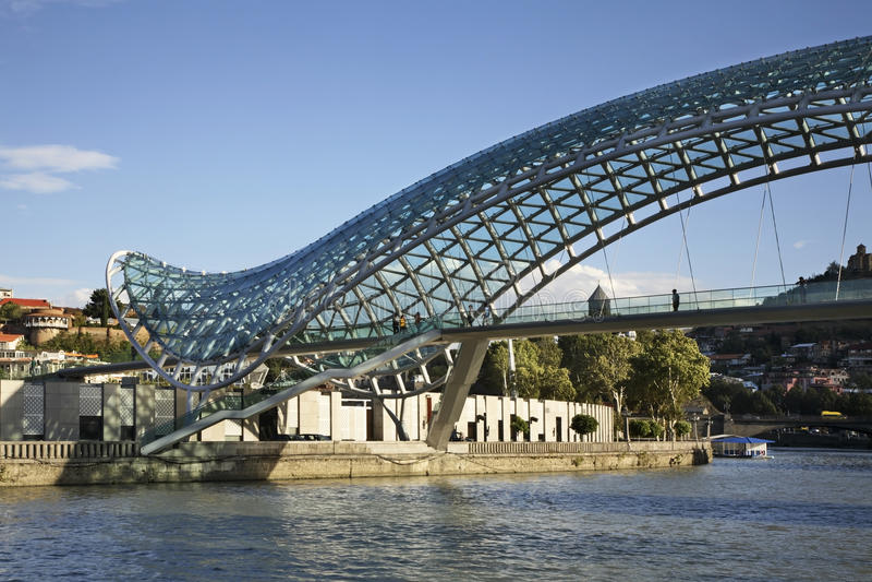 Ponte da paz sobre o rio Kura em Tbilisi geórgia fotografia de stock royalty free